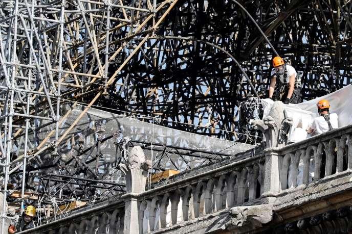 Des ouvriers sur le chantier de restauration de Notre-Dame à Paris, le 19 août.