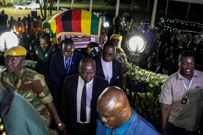 La dépouille de Robert Mugabe à son arrivée de Singapour à l'aéroport de Harare, le 11 septembre 2019.
