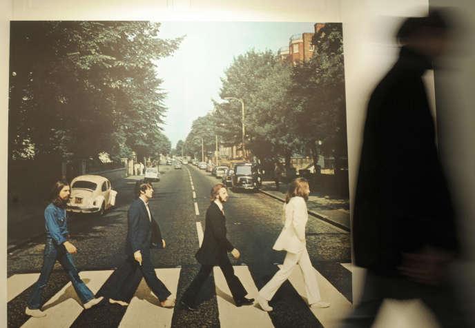 Un visiteur passe devant la pochette d'«Abbey Road», le28mai 2009, lors de l'ouverture du Musée des Beatles, à Hambourg.