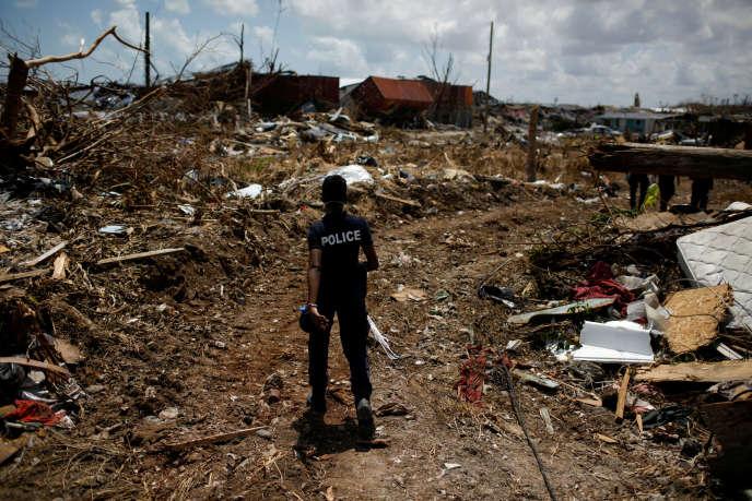 A la recherche des disparus dans un quartier de Marsh Harbour, la principale ville des îles Abacos (Bahamas), le 10 septembre.