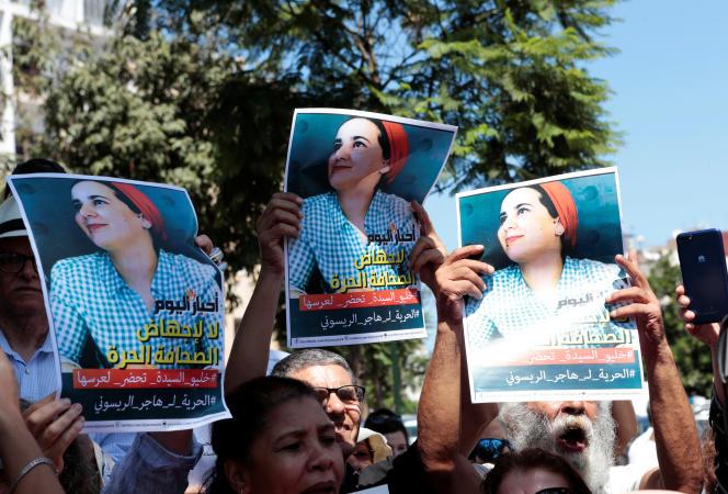 Le 9 septembre 2019, des militantes féministes brandissent le portrait de Hajar Raissouni devant le tribunal de Rabat, au Maroc, où la jeune journaliste est poursuivi pour « avortement illégal» et «débauche».