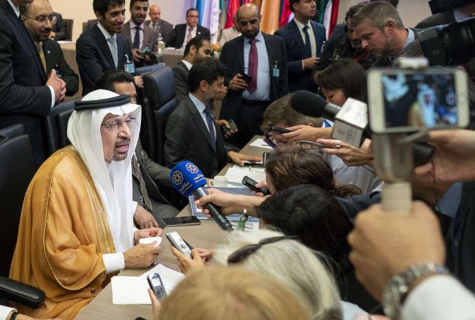 Le ministre saoudien de l'énergie, Khaled Al-Faleh (à gauche) lors d'une réunion de l'Organisation des pays exportateurs de pétrole (OPEP), à Vienne, le 1er juillet.