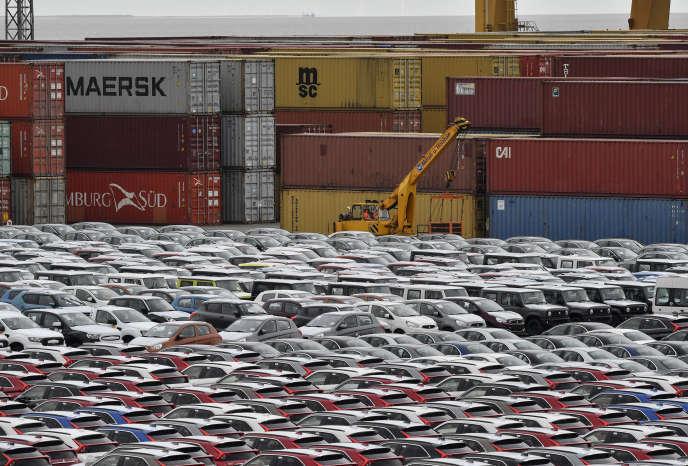 Des voitures sont stockées au port de Bremerhaven, au nord-ouest de l'Allemagne, le 16 mai.