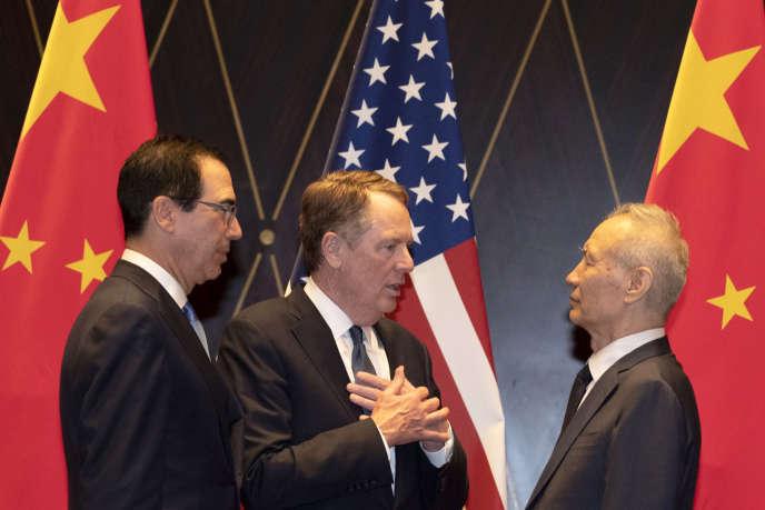 Robert Lighthizer, représentant au commerce des Etats-Unis (au centre), et Liu He, vice-premier ministre chinois (à droite), le 31 juillet 2019, à Shanguaï.