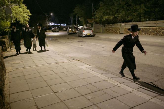 A la sortie d'une synagogue aménagée dans une maison à Arad (Israël), le 7 septembre.