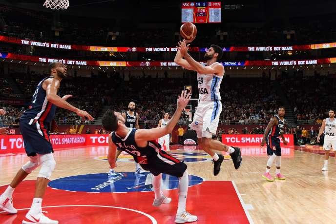 Patricio Garino prend le dessus sur De Colo, lors de la demi-finale du Mondial chinois de basket entre l'Argentine et la France, le 13 septembre, à Pékin.