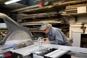Jean-Paul, 60 ans, en formation dans l'atelier de CAP de l'ameublement de l'école de la Bonne Graine, à Paris, en avril 2018.