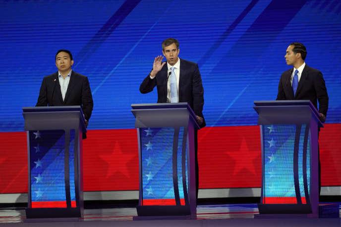 Andrew Yang (à gauche), Julian Castro (à droite), écoutent Beto O'Rourke, lors du troisième débat démocrate, à Houston, le 12 septembre.