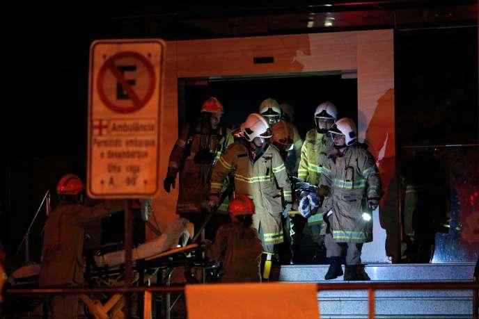 Les pompiers brésiliens évacuent un patient vers l'hôpital Badim de Rio, jeudi12septembre.
