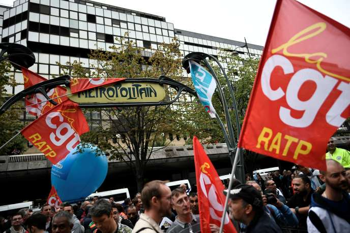 Manifestation des employés de la RATP, devant le siège social de la Régie, à Paris, vendredi 13 septembre.