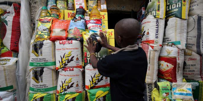 Sacs de riz dans une échope d'Abuja, au Nigeria, en mai 2018.