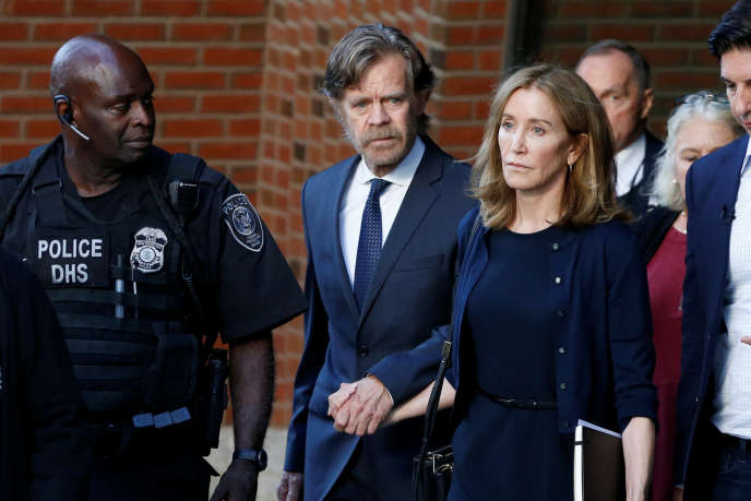 L'actrice Felicity Huffman et son mari William H. Macy à leur sortie du tribunal de Boston (Massachusetts), le 13 septembre.
