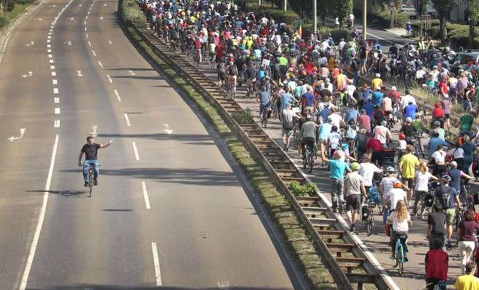 Người biểu tình đi xe đạp hội tụ tại Triển lãm ô tô Frankfurt vào ngày 14 tháng 9 năm 2019.