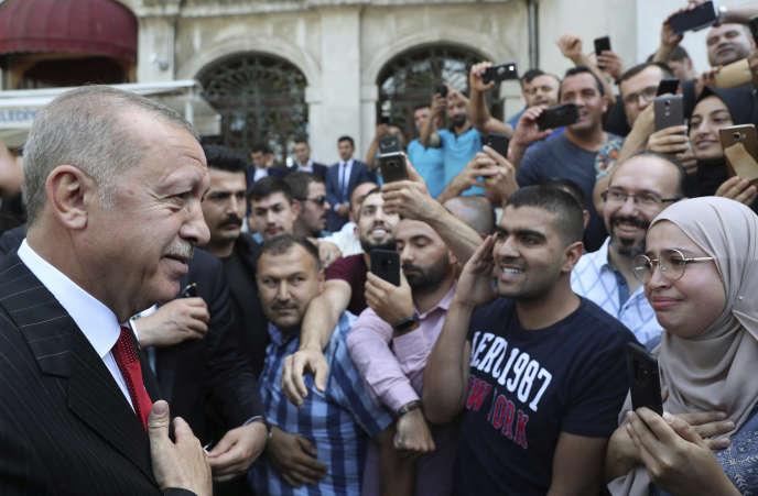 Le président turc Recep Tayyip Erdogan s'adresse à ses soutiens après la prière du vendredi à Istanbul, le 13 septembre.