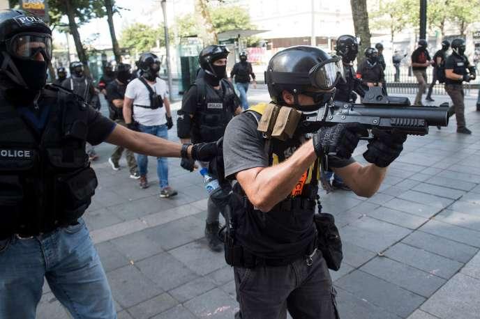 Un policier uilise un LBD au cours d'une manifestation de « gilets jaunes» à Nantes, en septembre.