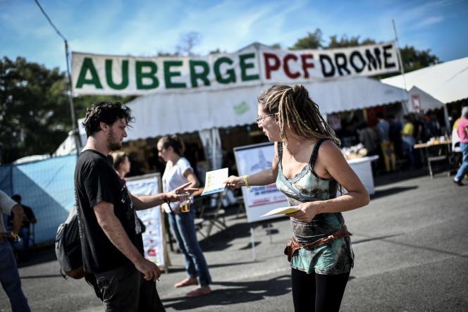 Distribution de tracts à la Fête de « L'Humanité», à La Courneuve (Seine-Saint-Denis), le 14 septembre.