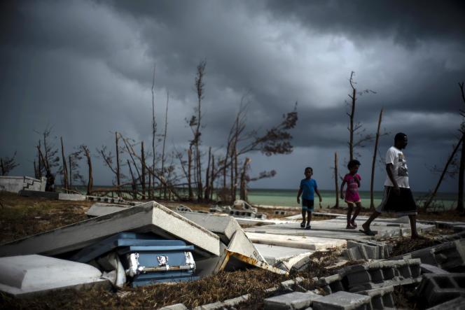 Un cercueil délogé par l'ouragan dans le cimetière de McLean's Town, sur l'île de Grand Bahama, le 13 septembre.