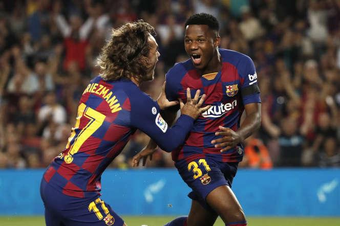 Ansu Fati célèbre son but avec un autre joueur de football.