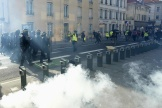 Des CRS marchant vers des manifestants lors d'un rassemblement de « gilets jaunes», samedi 14 septembre à Nancy.