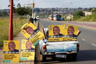 Pose d'affiches en faveur du président sud-africain, Cyril Ramaphosa, en mars, à Soweto, près de Johannesburg.