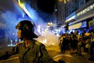 Des agents de police anti-émeutes pendant une manifestation à Hongkong, le 6 septembre.