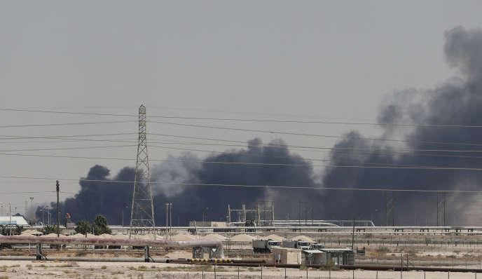 De la fumée s'échappe des installations pétrolières d'Aramco attaquées le 14 septembre àAbqaiq, en Arabie Saoudite.