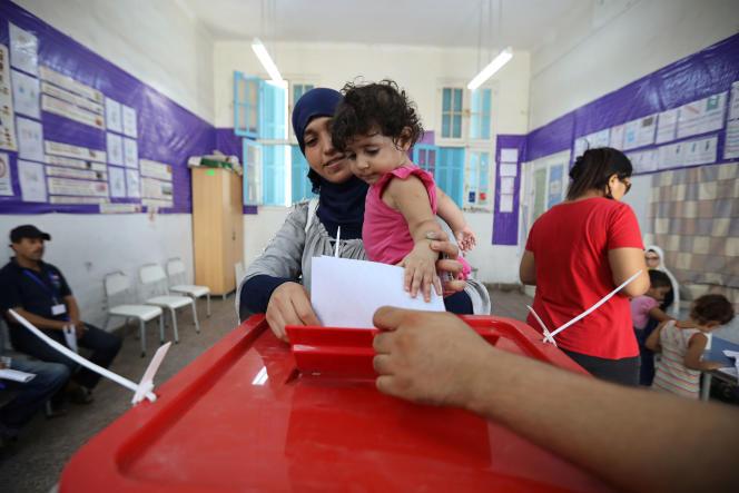 En famille dans un bureau de vote de Tunis, ce 15 septembre 2019. REUTERS/Muhammad Hamed