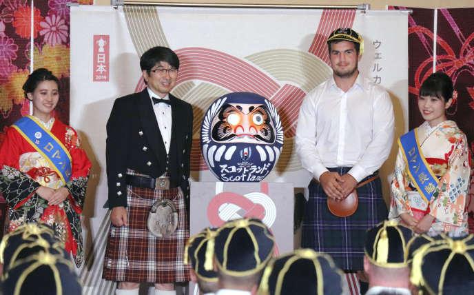 Le maire de Nagasaki, Mayor Tomihisa Taue, et le capitaine du de l'équipe d'Ecosse de rugby, Stuart Mcinally, durant une cérémonie d'accueil du XV au Chardon àNagasaki, dimanche 15 septembre 2019.