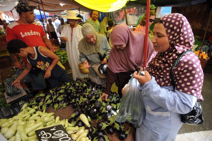 Tunisiennes achètent des légumes dans le souk de l'Ariana. AFP PHOTO / FETHI BELAID (Photo by FETHI BELAID / AFP)