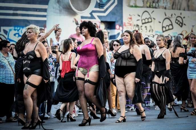 Défilé « body-positive» devant le centre Pompidou à Paris, le 15 septembre.
