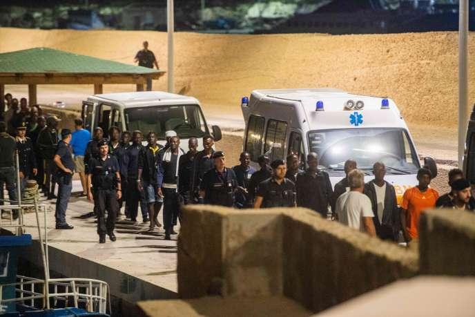 Des migrants débarqués de l'« Ocean-Viking» sont escortés par les autorités italiennes à Lampedusa, le 14 septembre.