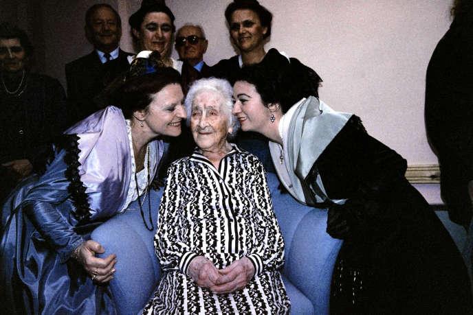Deux Arlésiennes embrassent Jeanne Calment, le 21 février 1989, à Arles.