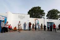 Des électeurs tunisiens font la queue pour aller voter pour l'élection présidentielle, le 15 septembre.