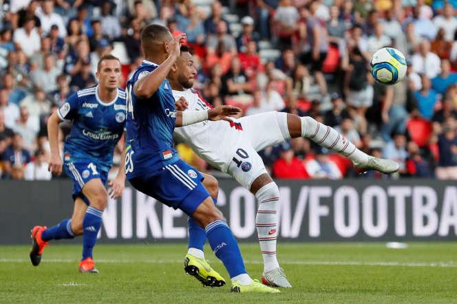 Neymar inscrit le but de la victoire pour le PSG, en toute fin de match contre Strasbourg, au Parc des Princes à Paris, le 14 septembre.