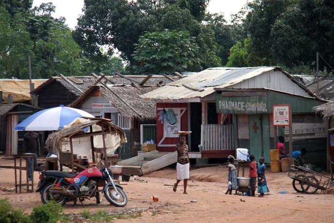 Commerces, habitations, bâtiments publics... Tout à Mambélé est construit en bois. Ici, en septembre 2019.
