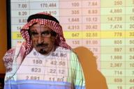 Un homme saoudien devant les cours du brut à Ryad, le 16 septembre.