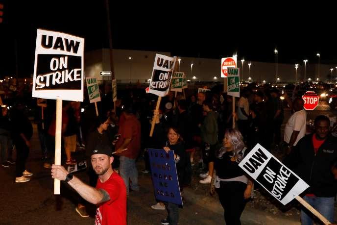 Des salariés de General Motors sont en grève à Flint, dans le Michigan, le 16 septembre. Lesyndicataméricain United Auto Workers (UAW) a appelé les employés du constructeur américain à cesser le travail.
