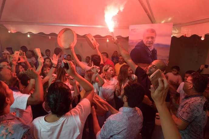 Des partisans du candidat à la présidentielle Nabil Karoui célèbrent les résultats du premier tour, à Tunis, le 15 septembre.