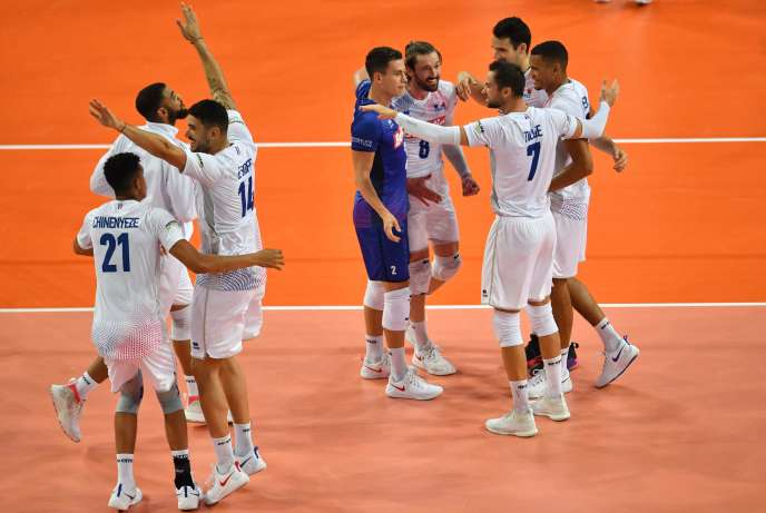 Les joueurs français célèbrent leur victoire, lundi16septembre au soir, àMontpellier.
