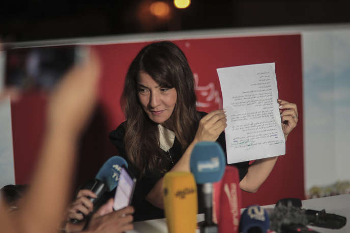 Salwa Smaoui lit à la presse une lettre de son époux, Nabil Karoui, à Tunis, le 15 septembre.