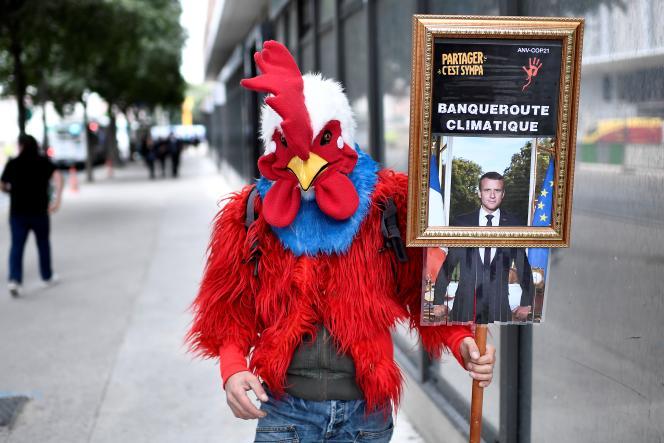 Un manifestant déguisé soutient des « décrocheurs » de portraits d'Emmanuel Macron, devant le tribunal de Paris, le 11 septembre.