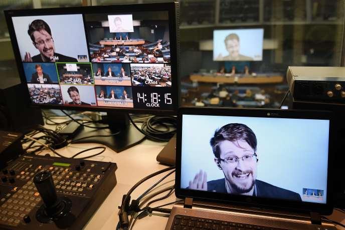 Edward Snowden s'exprime par liaison vidéo depuis la Russie lors d'une table ronde sur le thème «Améliorer la protection des lanceurs d'alerte», le 15 mars 2019 au Conseil de l'Europe, àStrasbourg.