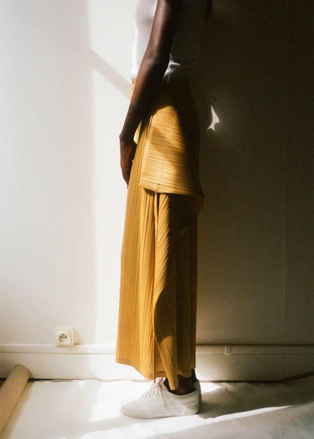 Jupe-culotte en polyester, Pleats Please Issey Miyake, 475 €. Stylisme de Laëtitia Leporcq.