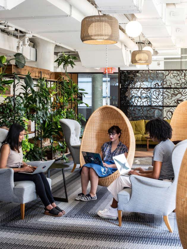 Chez Etsy, à New York, si tous les salariés a un siège attitré, ils sont libres de s'installer où ils le souhaitent avec leur ordinateur portable.