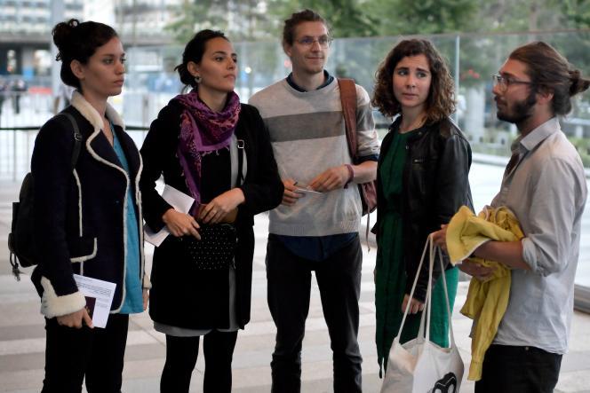 Des militants poursuivis pour avoir enlevé des portraits d'Emmanuel Macron dans plusieurs mairies, à leur procès, à Paris, le 11 septembre.