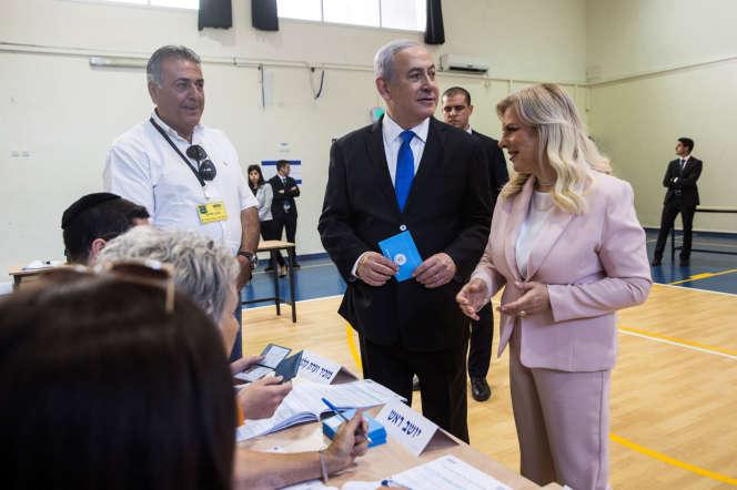 Benyamin Nétanyahou et son épouse Sara votent, le 17 septembre, à Jérusalem.