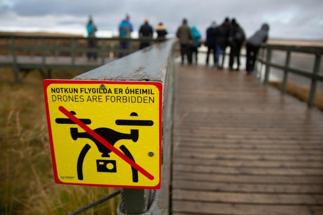 Un panneau interdisant les vols de drone près du site touristique deGullfoss, en Islande.