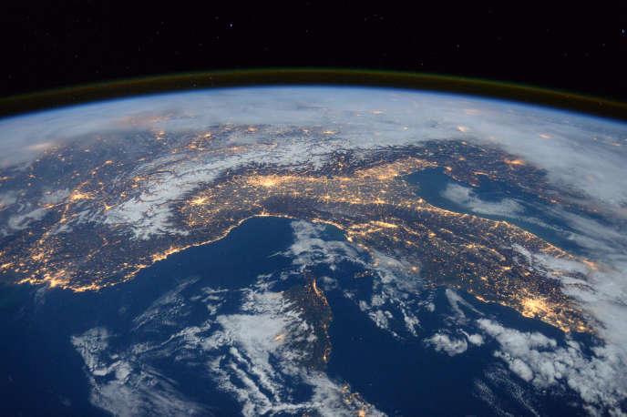 Vue nocturne de la Terre, prise par l'astronaute britannique Tim Peake, de l'Agence spatiale européenne (ESA), en janvier 2016.