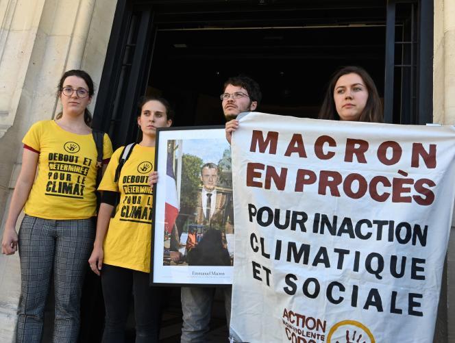 Des militants écologistes devant la mairie de Saint-Ouen, après avoir retiré un portrait du président de la mairie de Saint-Ouen, le 11 septembre.