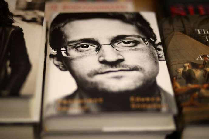 L'autobiographie d'Edward Snowden, intitulée « Permanent record» («Mémoire vive» en France), sur un présentoir à San Francisco, est sortie mardi17septembre aux Etats-Unis.